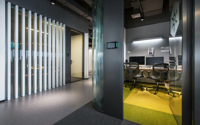 "Enclosed meeting/quiet rooms in a range of sizes are arrayed around the building core, separated from open-plan work areas by the ""running track""."