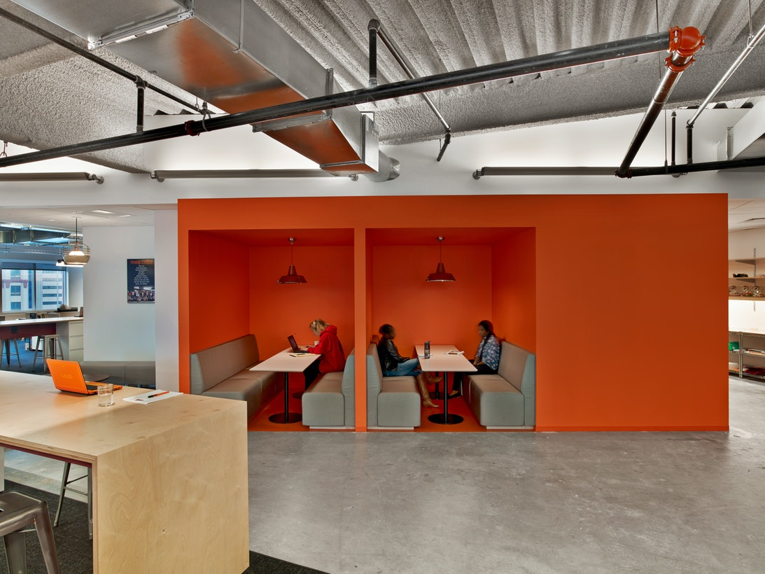 Informal café, lounges and both open and enclosed meeting areas are incorporated to serve as easy access to Tough Mudder staff for alternate work areas, impromptu meetings and causalcollision.