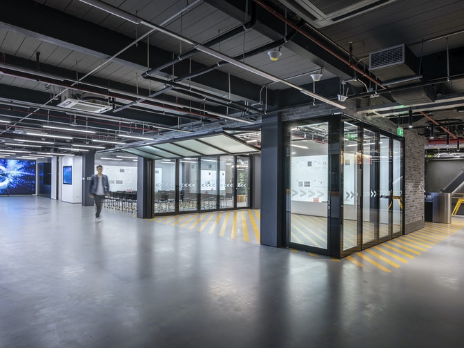 The Design Thinking area consists of a demonstration area and a flexible event space, which can be merged by opening the garage door in between to form an even larger space for events.