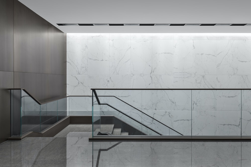 Image: uploads/2020_05/Kai_Hua_Group_Guangzhou-Workplace-Interior-Headquarters-Staircase-02.jpg