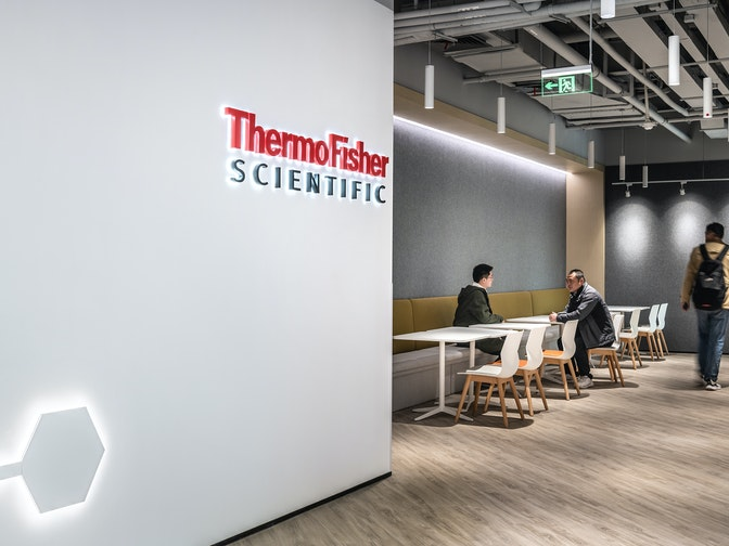 Image: uploads/2020_12/Thermo_Fisher_Scientific-Shanghai-Workplace-Interior-Corridor-02_RpWolNf.jpg
